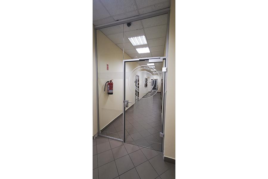 generálkivitelezés, üvegfalak, ajtók kivitelezése, kártyás beléptető rendszer